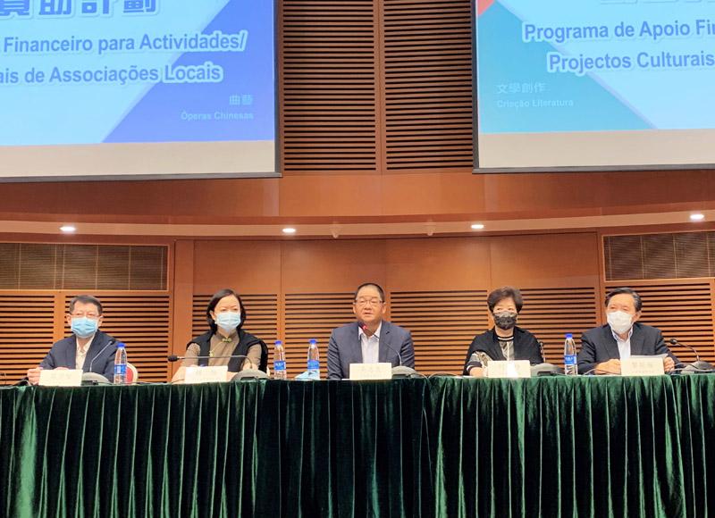 吳志良向社團介紹澳基會資助改革工作